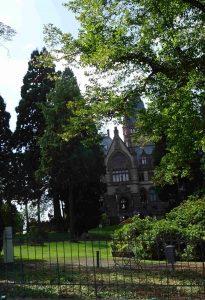 Schloss Drachenbuch, ein Blick durch den Zaun