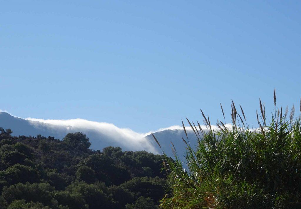 Auf Kreta sind Himmel und Erde einander sehr nahe. Die Wolken ergießen sich über die Berge ... aufgenommen auf dem Weg zum Lasithi-Plateau