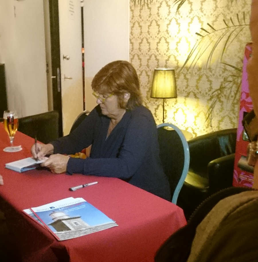 Christine Westermann signiert alles, was man ihr hinhält