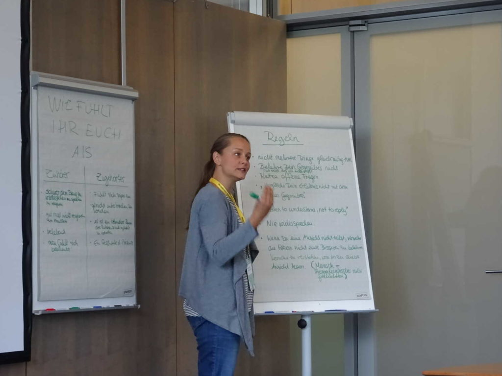 Mélina fasst Ergebnisse zum Sidewalk Talk und aktivem Zuhören zusammen