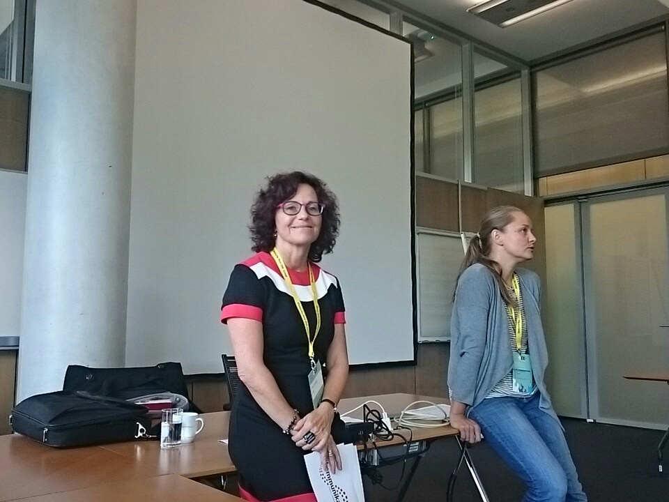 """Mélina und Ute stellen die Idee des """"Sidewalk Talk"""" vor"""