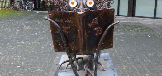 """""""Kolki der Leserabe"""", Kunstwerk neben dem öffentlichen Bücherschrank in Bonn Vilich-Müldorf"""