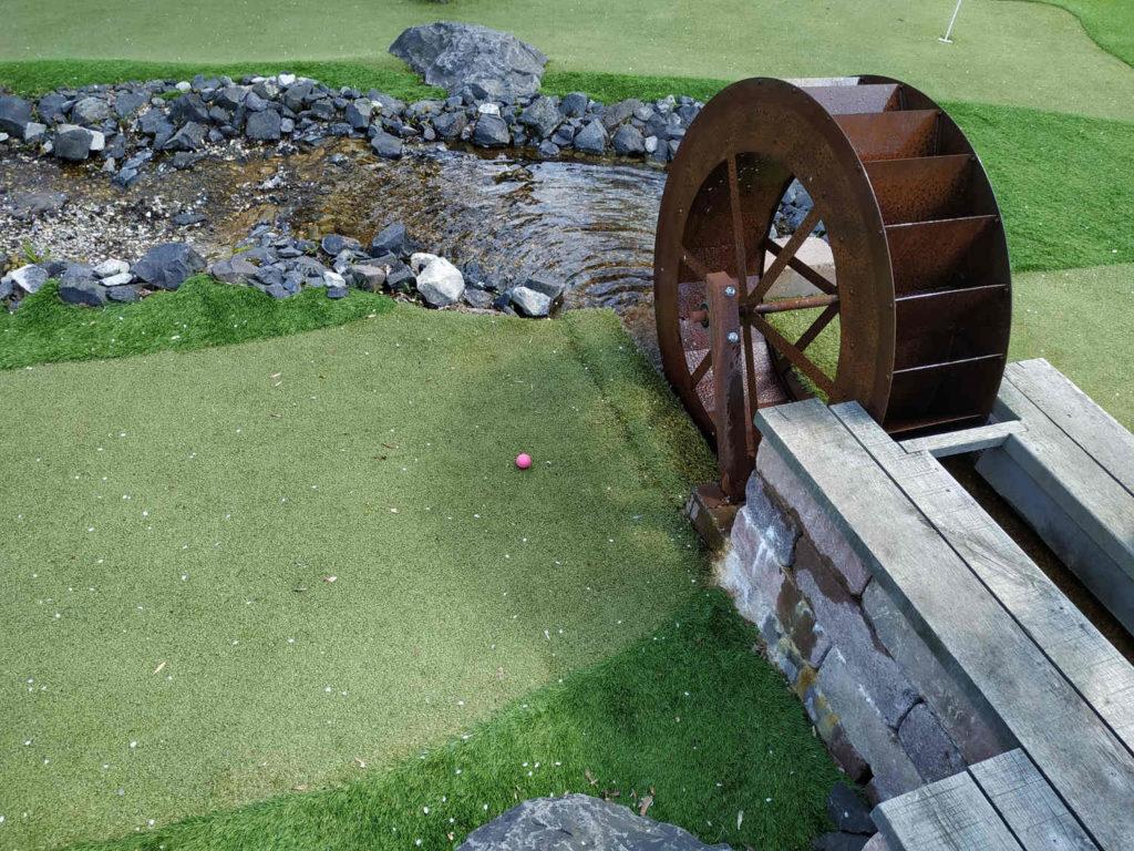 Adventure Golf - Mein Ball hat es durch das drehende Wasserrad geschafft :-)