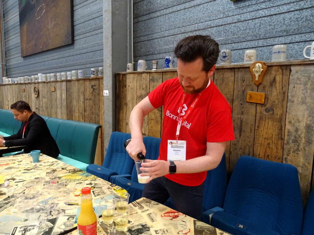 Mit Sekt auf 5 Jahre Barcamp Bonn anstoßen