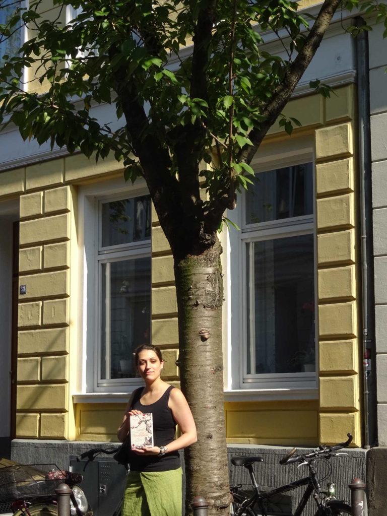 Sameena Jehanzeb unterm Kirschblütenbaum