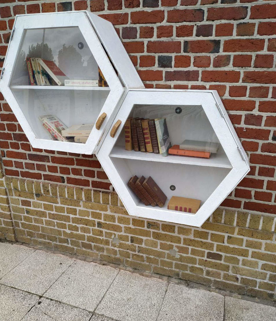 Bücherschrank in der Touristeninformation von Bray Dunes, Frankreich
