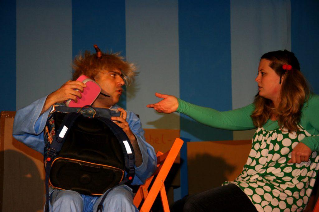 Tine und der Teugel spielen die Szene im Bus nach (c) Zartbitter e.V.