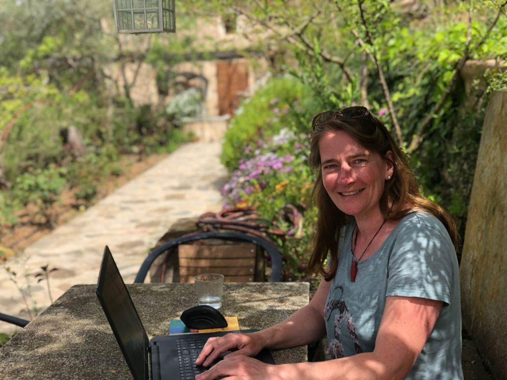 Ilka Sommer an ihrem Schreibtisch im Grünen