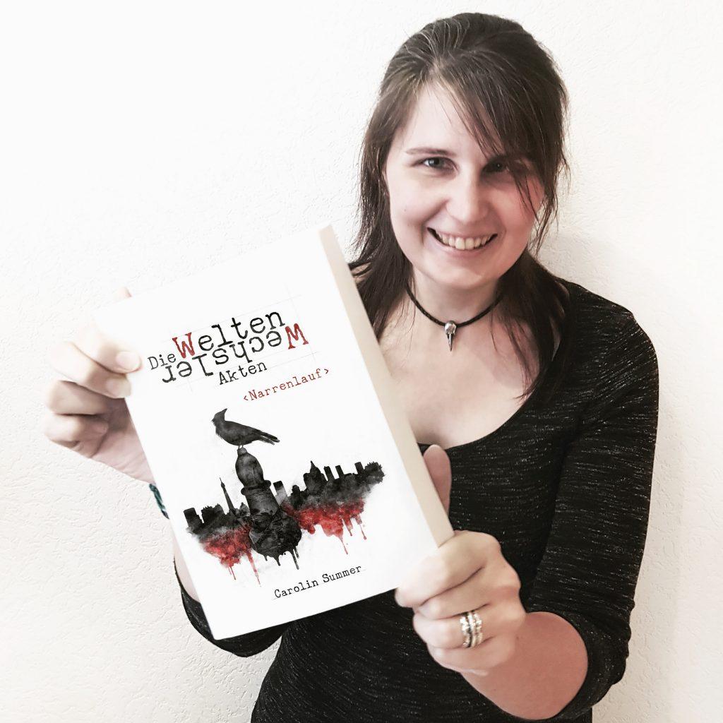 Carolin Summer mit ihrem Buch Die Welten Wechsler Akten Narrenlauf