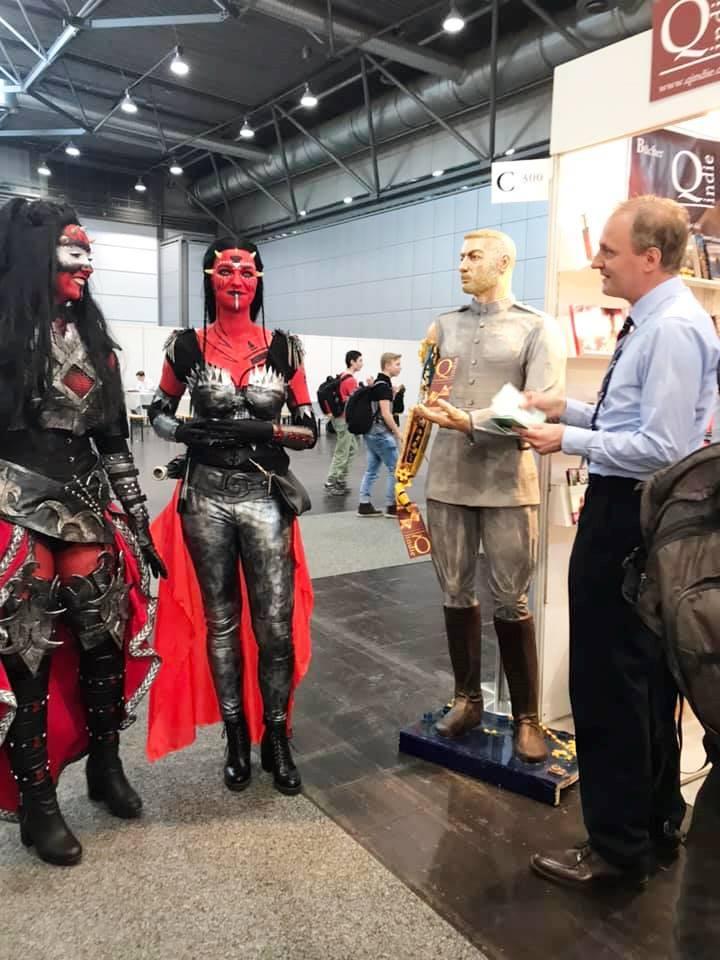 Cosplay am Qindie-Stand, in der Mitte ist Boris und rechts David Pawn zu sehen