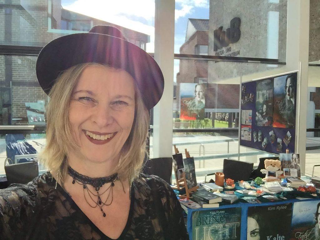 Kim Rylee an ihrem Buchmessestand (c)