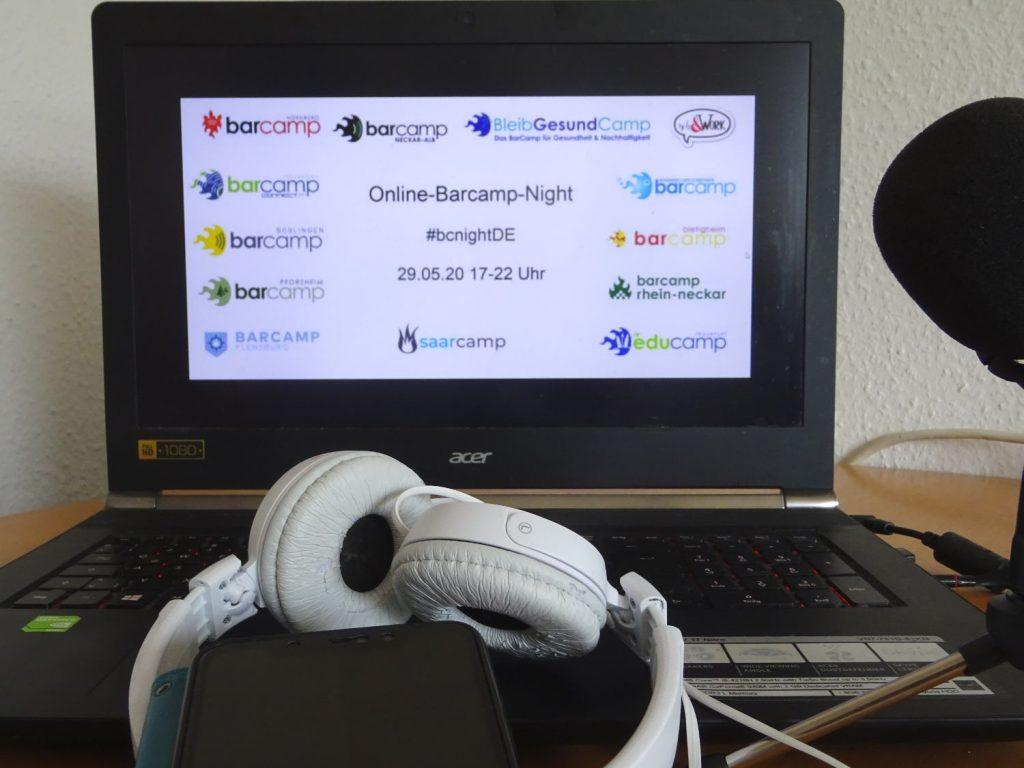 Geöffnetes Notebook im Hintergrund mit dem Bild vom #bcnightde mit der Lister aller teilnehmenden Barcamps. Im Vordergrund liegen Kopfhörer, ein Micro ragt rechts ins Bild