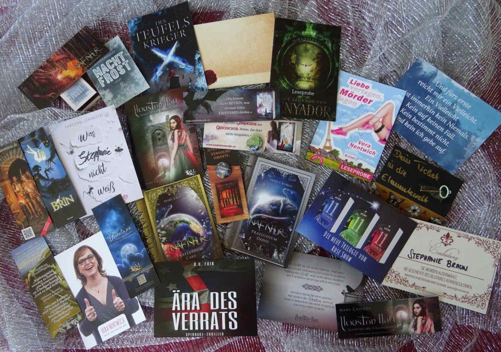 Marketing für Autor*innen, eine Sammlung an Lesezeichen, Postkarten, Leseproben, ...