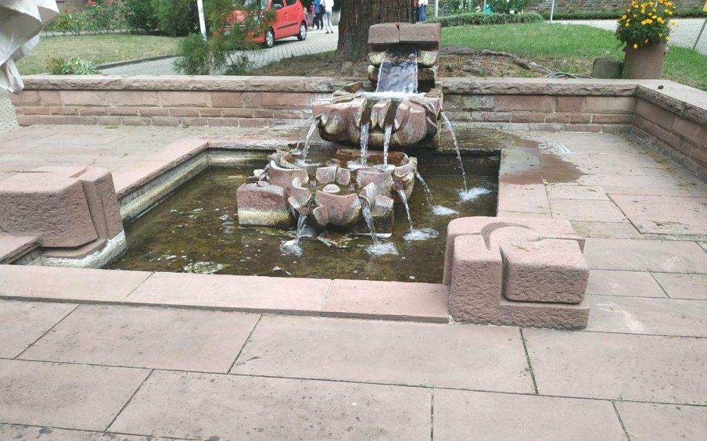 Brunnen, bei dem sich das Waser immer weiter aufteilt, bis es ins Becken fließt.