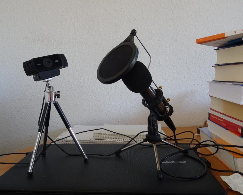 Kamera und Mikrofon stehen auf einem Notebook, einander zugewandt