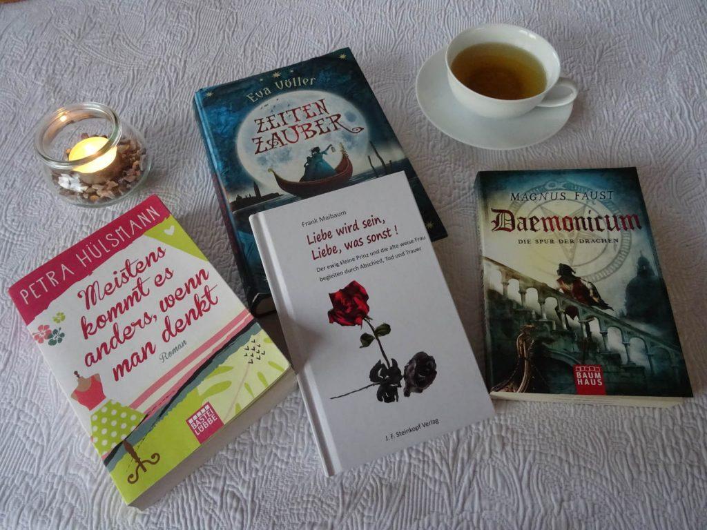 Die vier gelesen Bücher, eine Kerze und eine Tasse Tee