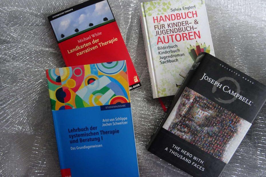 4 Bücher als Symbolbild - 2 Systemische Fachbücher, ein Handbuch für Autoren und Joseph Campbells Heldenreise