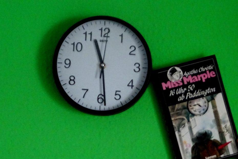 Das Buch lehnt lässog an der Wanduhr. Miss Marple 16 Uhr 50 ab Paddington ~ Agatha Christie
