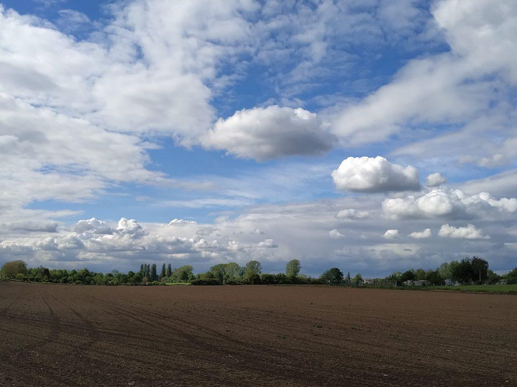 Wolkenhimmel über freiem Feld