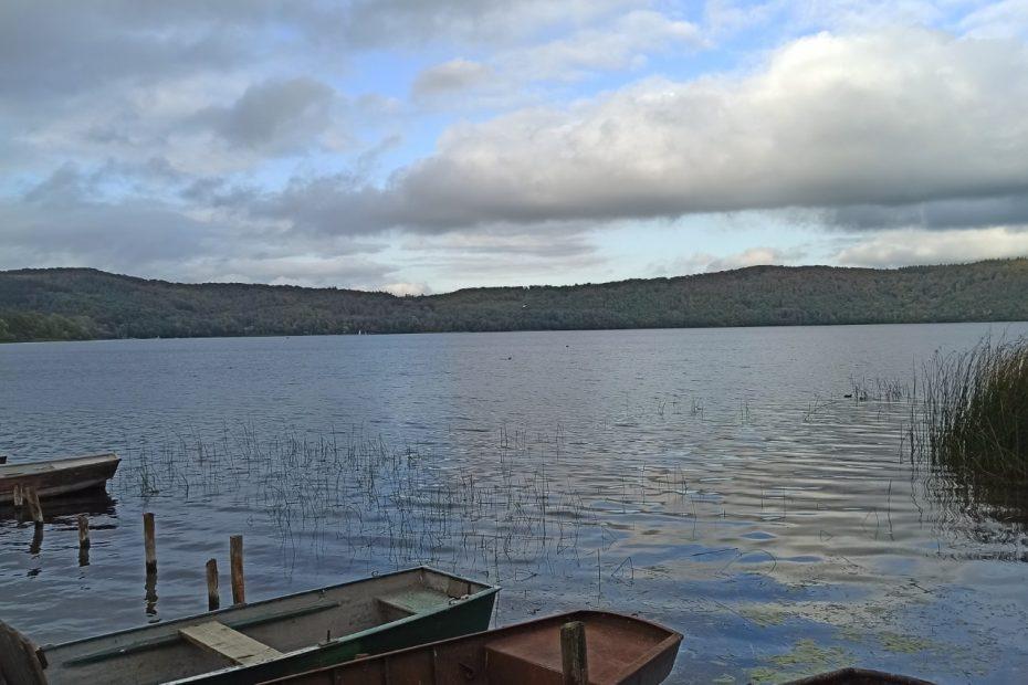 Boote am See, Wolken am Himmel