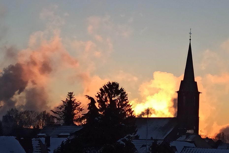 Sonnernuntergang hinter einem Kirchturm