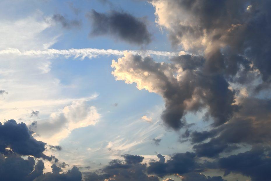 dunkle Wolken am Himmel durch die die Sonne bricht