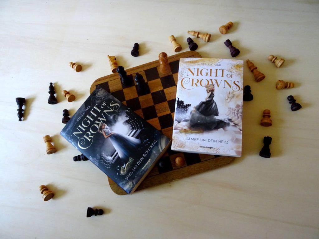 Night of Crowns ~ Stella Tack Beide Bücher liegen auf einem Schachbrett, um welches herum Figuren verteilt sind