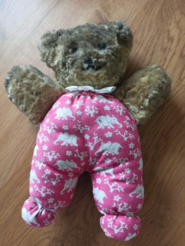 der Teddy, den meine Tochter in der Schule genäht hat