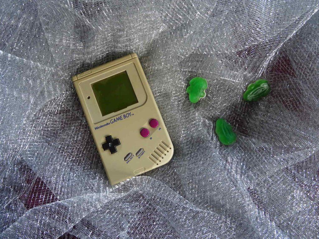 Gameboy und Haribo Frösche